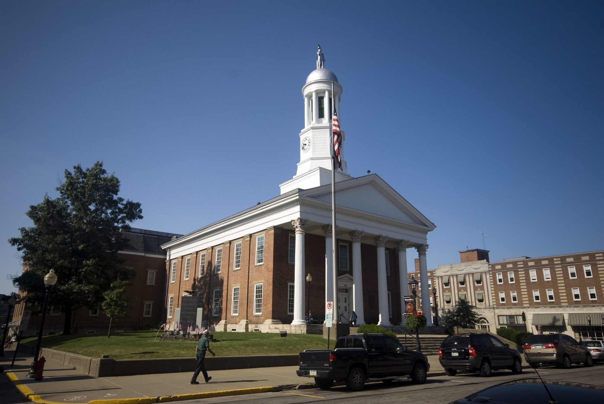 Daylight photo of the Greene County Courthouse
